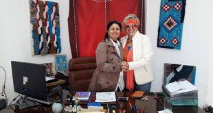 مديرة ملتقى أدب الناشئة و الفنانة في المعرض بلوحاتها